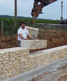 Mur en pierre – ECOmuret® – Actualités – How To Build a Fence Building A Fence Gate, Building A Retaining Wall, Precast Concrete, Concrete Wall, Backyard Fences, Backyard Landscaping, Ship Lap Walls, Stone Houses, Fence Design