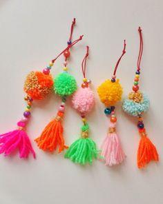 Neem wat kraaltjes, pompoms en tassels en je maakt er heel gemakkelijk een kleurige kasthanger van. Of een tashanger, sleutelhanger of ...