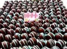 Mini trufa de chocolate ao leite com recheio tradicional, decorada com arabesco listrado, com cor a escolher. Acompanha forminhas de papel quatro pétalas, em cor a escolher também.