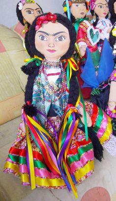 Este artesanal Frida Kahlo boneca usa um vestido tradicional mexicana com uma saia cheia, fitas e muita contas