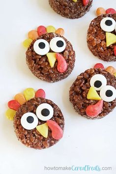 TURKEY RICE KRISPIE TREATS -- are a fun, no-bake Thanksgiving dessert. Decorate chocolate cereal treats with Starburst candy. Chocolate Cereal, Chocolate Marshmallows, Gluten Free Chocolate, Rice Krispy Treats Recipe, Rice Krispie Treats, Rice Krispies, Cute Thanksgiving Desserts, Fall Desserts, Starburst Candy
