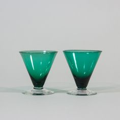 Dwa zielone kielichy-pucharki. #vintage #vintagefinds #vintageshop #forsale #design #midcentury #midcenturymodern #kitchen #glass #emerald