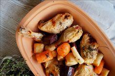 En nem og god opskrift på kylling og rodfrugter i stegeso. Lav eventuelt en sovs ud af væden fra grøntsagerne og kylling. Mums for en lækker middag!