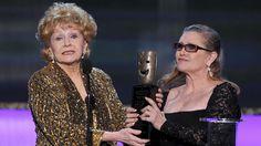Reynolds era conhecido por estar desesperadamente preocupado com as lutas da filha com abuso de drogas e problemas de saúde mental.  Aqui, Carrie Fisher, à direita, apresenta sua mãe com o Screen Actors Guild prêmio de realização de vida em Los Angeles em janeiro de 2015.