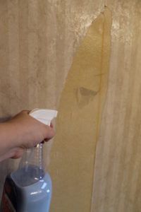 Homemade Wallpaper Remover Spray {plus tutorial} : mix fabric softner with equal amounts of water. Remove top layer of wallpaper by peeling it off. Spray or roll onto walls to remove bottom layer of wallpaper. Removing Old Wallpaper, How To Remove Wallpaper, Homemade Wallpaper, Papier Paint, Of Wallpaper, Wallpaper Remover, Wallpaper Removal Solution, Diy Wallpaper Removal, Wallpaper Layers