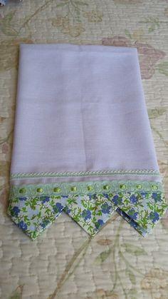 Um blog sobre trabalhos artesanais, customizações, sorteios e alguns artigos. Dish Towel Crafts, Dish Towels, Tea Towels, Applique Designs, Quilting Designs, Quilt Patterns, Sewing Patterns, Sewing Crafts, Sewing Projects