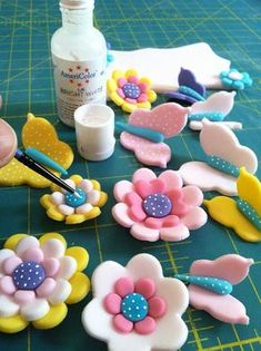 How to make simple fondant flowers for decorating cakes, cupcakes, cookies, etc. Fondant Cupcakes, Fondant Cake Toppers, Fondant Icing, Cupcake Cakes, Cupcake Toppers, Fondant Flower Tutorial, Fondant Flowers, Cake Decorating Techniques, Cake Decorating Tutorials