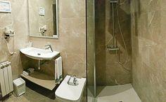 Baño completo reformado, con secador de pelo, plato de ducha rectangular. #gijon #hotelescentrogijon