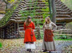 """Wonderful early medieval West Slavic garment from c. 8th-11th centuries - reenacted by Drużyna Lędziańskich Wiciędzy """"Watra"""", Poland."""
