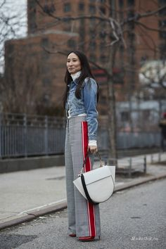 Thetrendytale top street style, new york fashion week street style, street style trends, Denim Street Style, New York Fashion Week Street Style, Autumn Street Style, Cool Street Fashion, Street Style Women, Latest Fashion For Women, Womens Fashion Online, Trendy Fashion, Fashion Trends