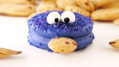 Turn your cookies into Cookie Monsters with these adorable Oreo treats! So, Valentine's Day happened last month, and I have started a tradition of making my Oreo Prince Charming Frogs as litt… Oreo Treats, Oreo Cookies, Bar Cookies, Festa Cookie Monster, Sweets Recipes, Cookie Recipes, Snack Recipes, Cookies For Kids, Paper Cake