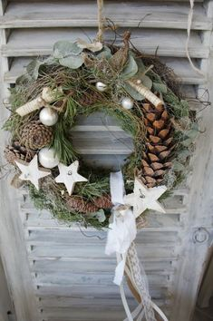 A beautiful natural door wreath that likes to greet guests and passing guests . - A beautiful natural door wreath that welcomes guests and people passing by …. On a straw wreath w - Diy Spring Wreath, Diy Wreath, Door Wreaths, Burlap Wreath, Handmade Christmas, Christmas Wreaths, Christmas Crafts, Christmas Decorations, Holiday Decor