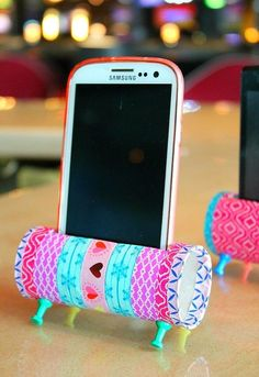 So totally cute! DIY upcycled toilet paper roll smartphone holder.