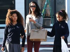 Momma Kimora Lee Simons went shopping with her adorable daughters in shady style! Gotta love her oversized butterfly sunnies!