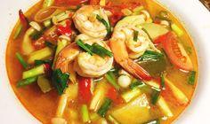 Voici la recette thailandaise du Tom Yam Kung. Ce plat est peut-être le plat le plus populaire et le plus connu de thailande. Tom Yam signifie &qout;Pot Pourri&qout; en Français, c'est une genre de soupe où l'on met tout un tas d'ingrédients. Mais vous allez voir, qu'ils ne sont pas choisis au hasard.  1.…