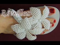 Chinelo decorado - flor de pérolas, strass e macramê - YouTube