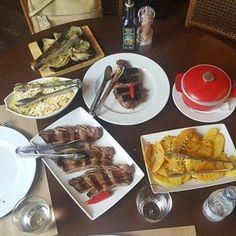 E foi aqui no restaurante chefiado pelo genial Luiz Gustavo Moraes que tive uma das refeições mais copiosas da minha estadia na terrinha. Foi no 348 dos Jardins (mais poderia ser em qualquer uma de sua filiais) que me joguei no ojo de bife, no bife de ancho, , salada, cebola na brasa com chami churi, batata au murro assada e depois frita no alho, na farofa de ovo e cebola entre outras maravilhas da cozinhna portenha. Impecável! Argentina, você vai ficar pra proxima, mas o 348 ha hecho un…