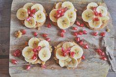 Tostada de mantequilla de cacahuete casera, rodajas de plátano y granada