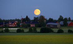 Kuu oli näyttävä niin lauantain kuin sunnuntainkin vastaisena yönä ympäri Suomea.