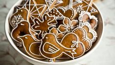 Perníčky patří mezi jedno z nejstarších cukroví. Nejprve se věšely na stromeček a pak dávaly dětem při štěpánské koledě, vydrží totiž dlouho vláčné. Christmas Baking, Christmas Cookies, Dessert Chef, Honey Cookies, Winter Treats, Czech Recipes, Culinary Arts, Creative Food, Caramel Apples