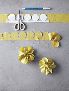 Pretty fabric flowers diy: Freshly cut flowers are always nice -- but fabric flowers can be cherished for years to come. Fabric Crafts, Sewing Crafts, Sewing Projects, Craft Projects, Paper Crafts, Felt Flowers, Diy Flowers, Paper Flowers, Flower Diy