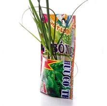 Kleurrijke kruidenpothanger gemaakt van kunstmestzakken met authentieke Vietnamese print.