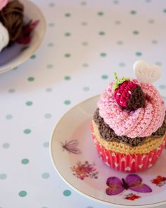 Amigurumi Cupcake strawberry and chocolate. With optional gift box Crochet Cake, Crochet Fruit, Crochet Food, Chocolates, Fiber Foods, Play Food, Box Cake, Chocolate Cupcakes, No Bake Cake