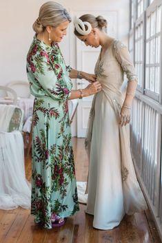 La boda de Casilda y Willy en Llanes Mom Dress, Dress Up, Plain Wedding Dress, Mother Of The Bride Hair, Wedding People, Bridesmaid Dresses, Wedding Dresses, Bride Hairstyles, Formal Gowns