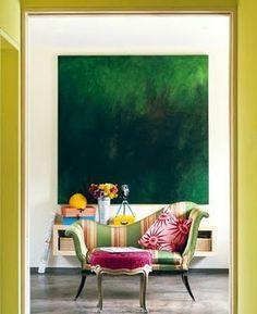 Litt smaragdgrønt på veggen, er ikke å forakte. Her i vakker kombinasjon med andre nyanser på samme side av fargesirkelen.