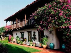 spanish colonial revival home, wood balcony, clay tile roof, stucco house, spanish eclectic house Spanish Colonial Homes, Colonial Style Homes, Spanish Style Homes, Spanish House, Revival Architecture, Spanish Architecture, California Colors, California Homes, Southern California