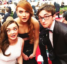 Game of Thrones actors getting silly, SAG Awards. Maisie Williams, Sophie Turner, Isaac Hempstead Wright / #gameofthrones