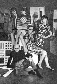 Henryk Berlewi w otoczeniu modelek w sukniach op-art, 1966