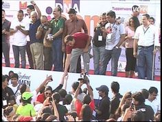 akshay kumar flags off DNA iCan women's half marathon 2013.