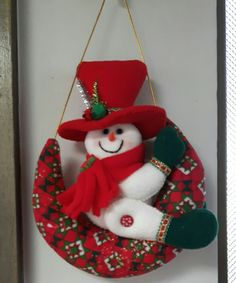 Imagen relacionada Felt Christmas Decorations, Felt Christmas Ornaments, Christmas Snowman, Christmas Themes, Christmas Stockings, Christmas Wreaths, Snowman Crafts, Decor Crafts, Christmas Crafts