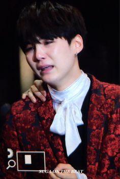 Suga crying! #MAMA2016 #BTS #artistoftheyear
