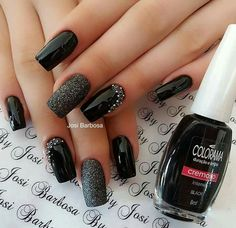 False nails have the advantage of offering a manicure worthy of the most advanced backstage and to hold longer than a simple nail polish. The problem is how to remove them without damaging your nails. Black Nails With Glitter, Glitter Nail Art, Trendy Nail Art, Stylish Nails, Black Nail Designs, Nail Art Designs, Nails Design, Super Nails, Toe Nails