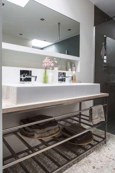 Badkamer met grote wasbak en open kastje | Bathroom with large sink and open closet | vtwonen 13-2017 | Fotografie Henny van Belkom