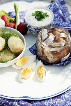Uudet perunat sillin kera, kesäherkku parhaimmillaan.  Finnish summer food - potatoes and herring.