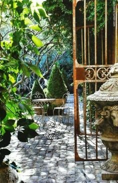 I would love a courtyard like this someday.... Thank you Belle Vivir!
