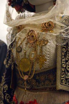 Νυφιάτικη φορεσιά Λευκίμμης. Κέρκυρα. Μουσείο. Μπενάκη. Φωτογραφία: Ασημίνα  Βούλγαρη. Greek Costumes, Greek Clothing, Corfu, Folk Costume, Eastern Europe, Fashion History, Traditional Outfits, Greece, Posters