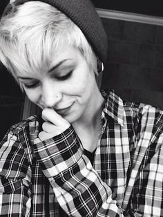 Not gonna lie, this chick is pretty smokin. Love the plaid. Queer Fashion, Tomboy Fashion, Tomboy Style, Tomboy Outfits, Androgynous Women, Androgynous Fashion, Pixie Hairstyles, Cute Hairstyles, Emo Girls
