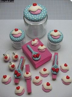 Cupcake crafts with clay Crea Fimo, Fimo Clay, Polymer Clay Projects, Polymer Clay Charms, Polymer Clay Creations, Polymer Clay Art, Polymer Clay Jewelry, Clay Crafts, Clay Beads
