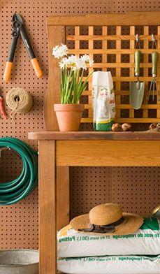 Organisation du garage : 11 idées de bricolage économiques - Magasinez chez vous, découvrez des trésors d'occasion et maniez le marteau ou le pinceau pour rendre votre garage attrayant et fonctionnel.