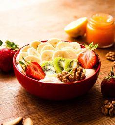Breakfast bowl : Du tapioca, des fraises, des noix, du kiwi et des bananes