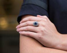 Pierścionek z szafirem i diamentami w połączeniu z klasyczną czarną bluzką.
