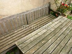Gartentisch und Holzbank mit Lehne auf einem Bauernhof in Bad Vilbel in der Wetterau in Hessen