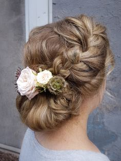 Boho inspired bridal hairdo with flowers by Susanna Poméll @healthyhairfinland