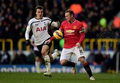 Rooney fends off Chiriches. 28.12.2014