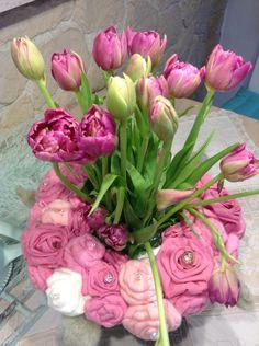Rosen-Stoffkranze mit Tulpenstrauß
