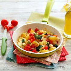 Sommerliche Gemüsepfanne (Foto: A. Jungwirth) Zucchini, Fruit Salad, Salsa, Ethnic Recipes, Food, Fried Vegetables, Browning, Easy Meals, Chef Recipes